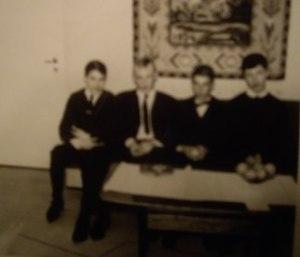 """""""Aravatalon"""" eli As Oy Selkälahden kaveruksia 60-luvulta muodin mukaisissa ykkösvaatteissa,  oikealta Pertti Helakorpi, Pekka Ratinen, Kari Valtonen ja Kalevi Rantanen."""