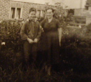 Pertti Helakorpi Muuratsalossa tätinsä Taimi Tupin luona.