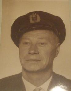 Palopäällikkö Urpo Helakorpi virkalakissaan.
