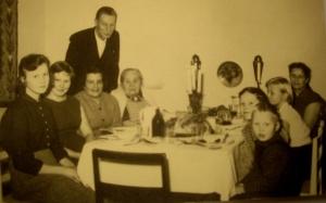 """Jouluaterialla Peekorven """"Korpelassa"""" 50-luvun lopulla. Vasemmalta Pirkko, Raili, perheen moninainen tuki Pirkko Partanen, isä Urpo ja hänen äitinsä Ida Helander ja kulmassa äiti Jenny (os  Lindqvist) sekä Hilkka, Pertti ja Hannu."""