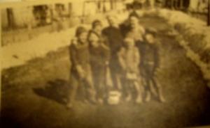 Lapsia nykyisellä Kaivotiellä 50-luvun alkupuolella. Pertti Helakorpi edessä toinen vasemmalta, Hannu oikealla, välissään Laineen Tiina. Takana Kuuselan veljekset ja vasemmalla Laineita.