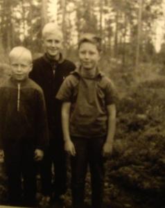 P-korven urheilullisia poikia. Hannu Helakorpi (vas), Kari Hanski ja Pertti Helakorpi.