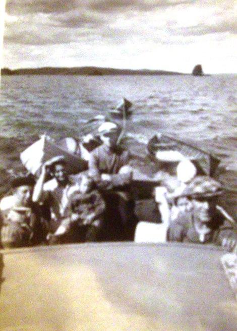 Kaikilla  urheilukalastajilla ei ollut omaa pitkän matkan venettä ja apajille mentiin usein hinauksessa. Tässä Huuskoset Jormakan veneen kyydissä.