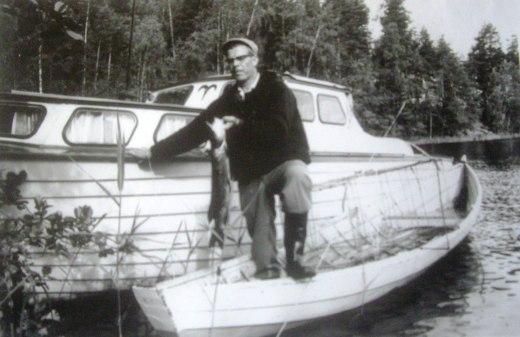 Leo Huuskonen ja Oinas Juurikkasaaren sillan katveen venevalkamalla.