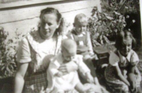 Auringossa Huuskolan eteläseinustalla Kaijan, Erkin ja Marjan kanssa.