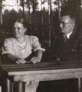 Johtajaopettaja Erkki Lehtiö ja vaimonsa opettaja julkisuuskuvaansa leppeämmin ilmein. Kuva on 30-luvun lopulta.