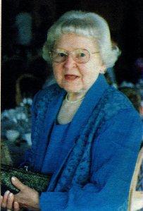 Toini Gröndahl  (1907-2008) eläkevuosien kuvassa 1990-luvulta.  Opettajana saarilla 1939-1969.