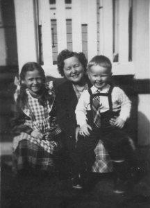 Toini Gröndahl vanhalla koululla  asuntonsa rappusilla kesällä 1952, seuranaan veljentyttärensä Tuula Kuopiosta ja  säynätsalolainen kummipoikansa.